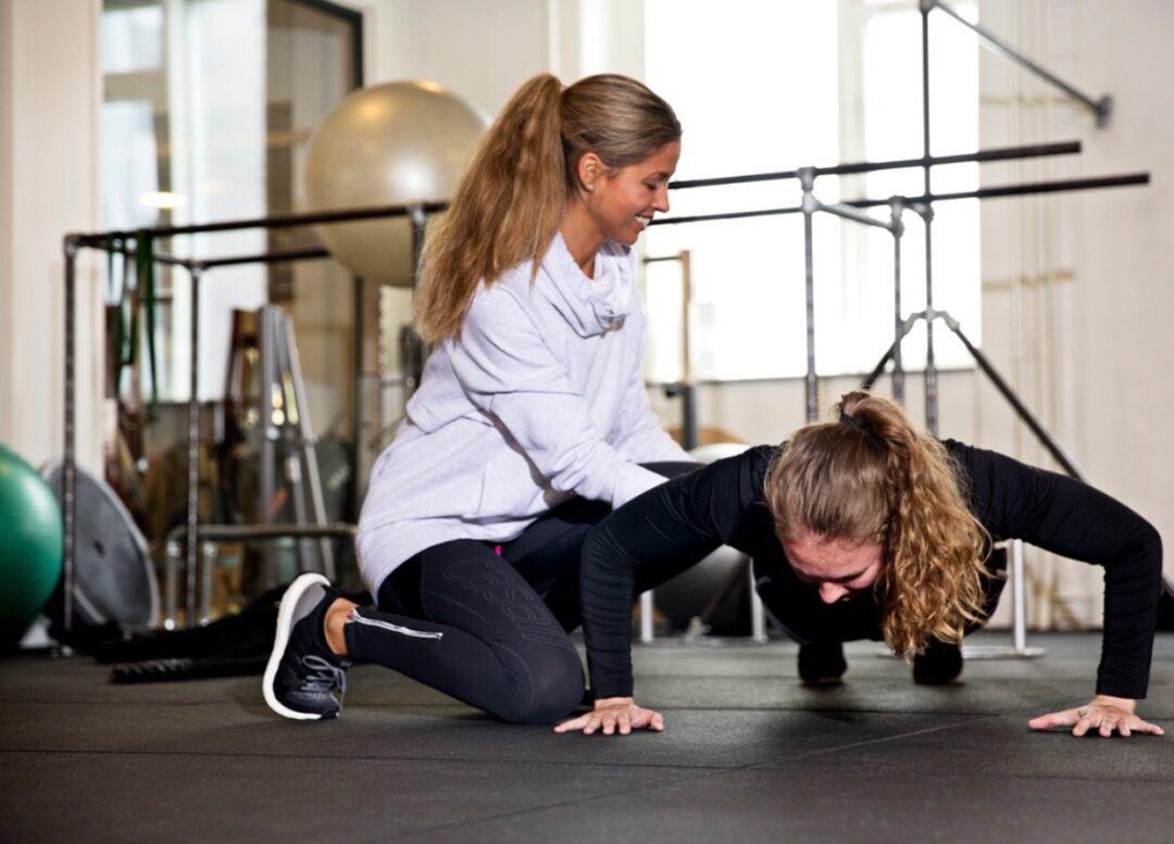 Personlig træner Julie Suhr hjælper med planken